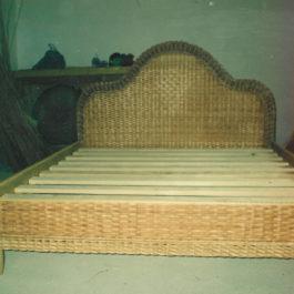 Плетеная кровать из лозы 04